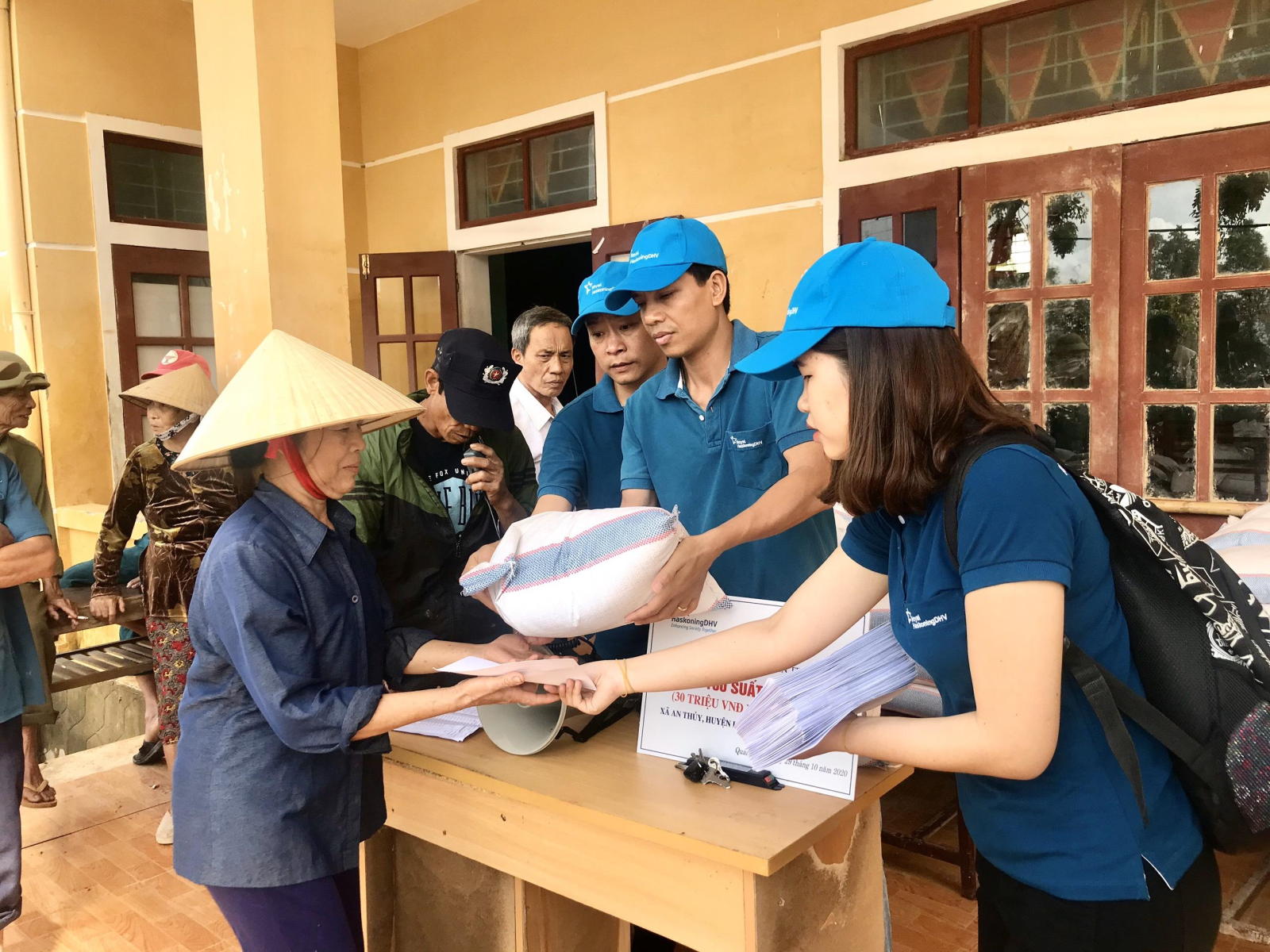 Royal HaskoningDHV Vietnam donated to the victims of serious floods disaster in Quang Binh province.